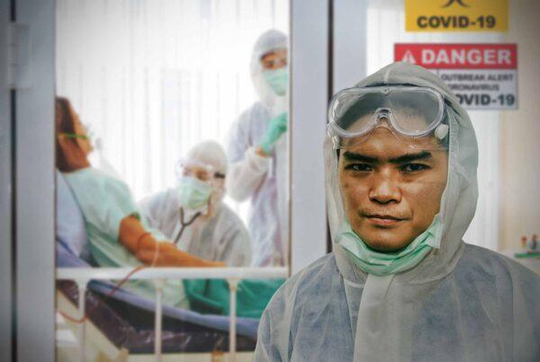Trabajador de la salud con aspecto fatigado fuera de la UCI