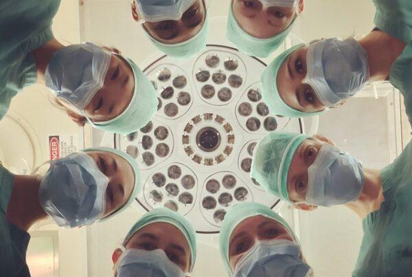 Grupo de profesionales de la salud en EPP