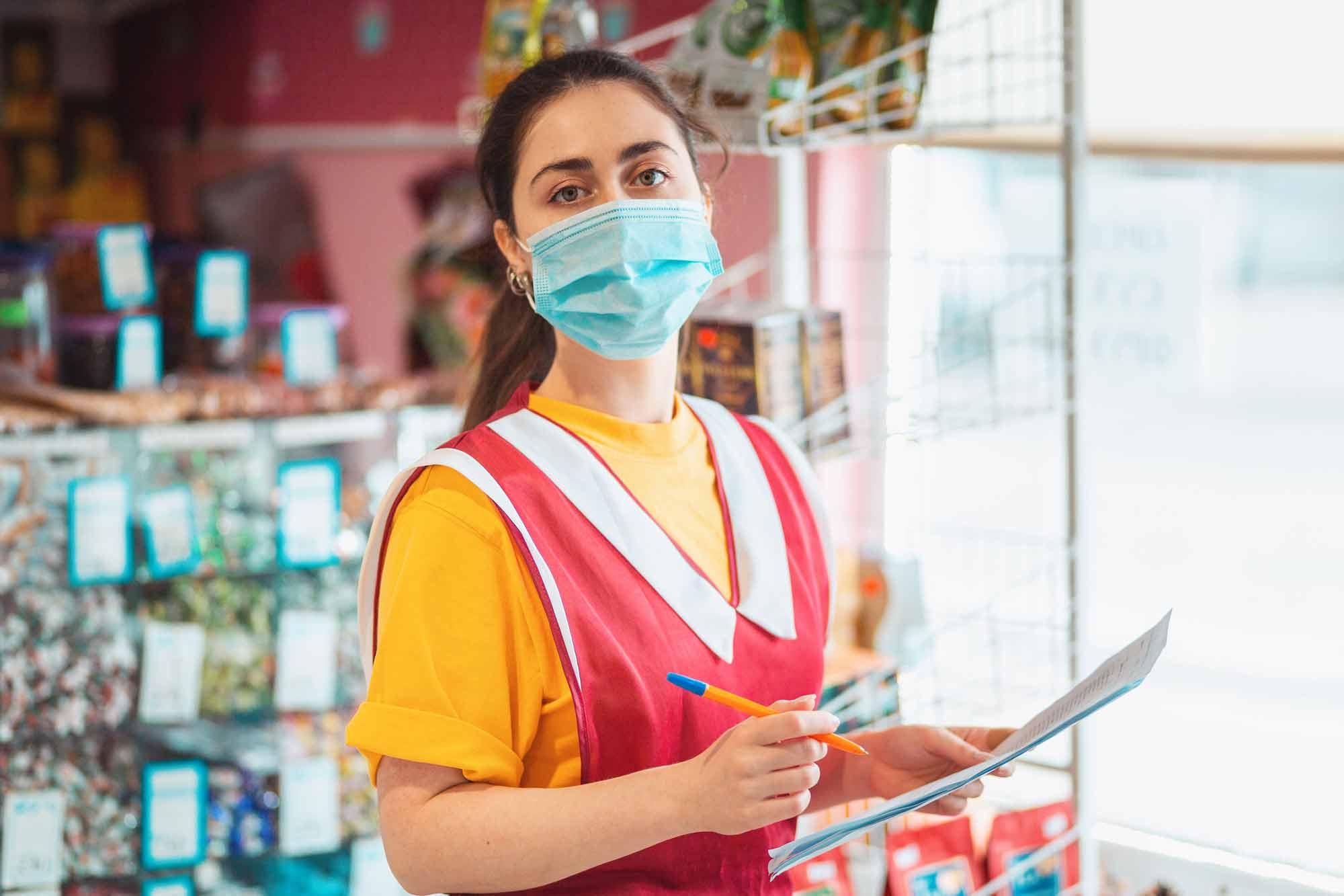 Empleado de la tienda de comestibles en máscara 157436030