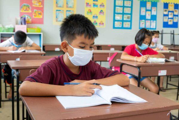 estudiante enmascarado en el aula de primaria urbana