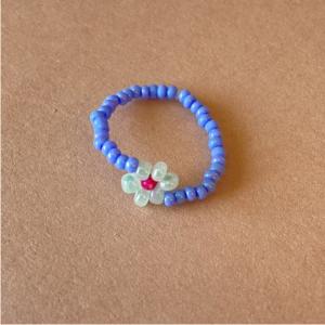 Daily Daisy blue beaded ring with a daisy
